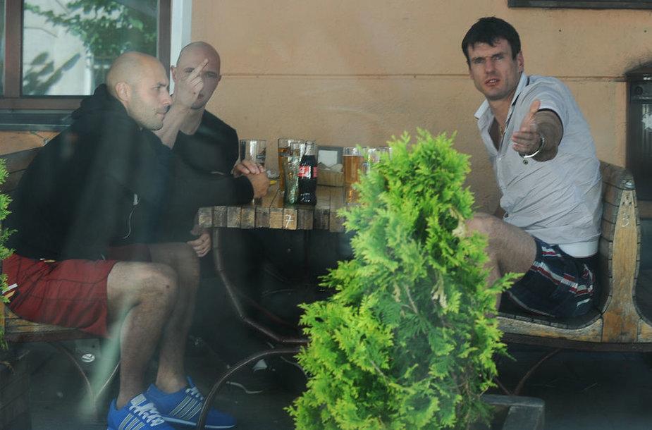 Kšyštofas Lavrinovičius bare su draugais