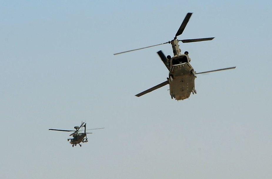 """Princas Harry pilotuojamas """"Apache"""" sraigtasparnis (kairėje)"""