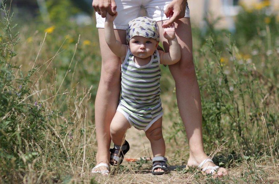 Vaikas mokosi vaikščioti