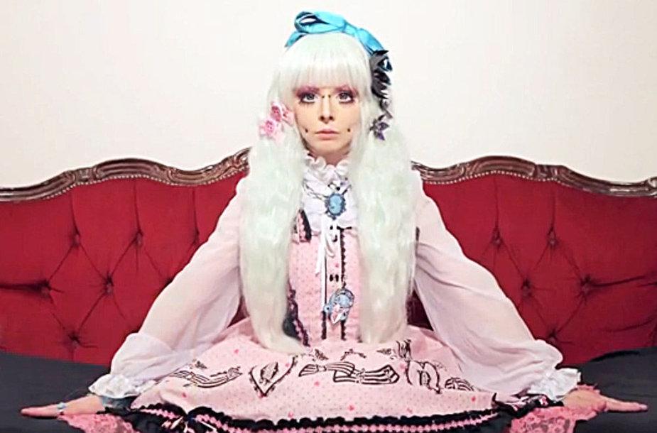 Gyva lėlė – dvidešimtmetė Katie Lawrence