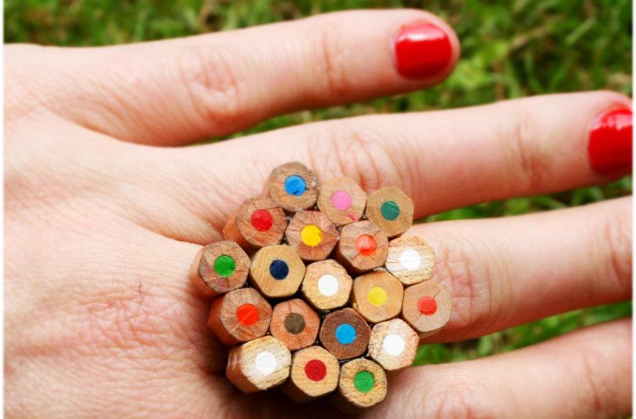Vasariškai spalvotas žiedas
