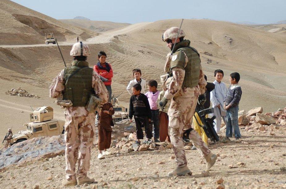 Lietuvos kariai su afganistaniečių vaikais