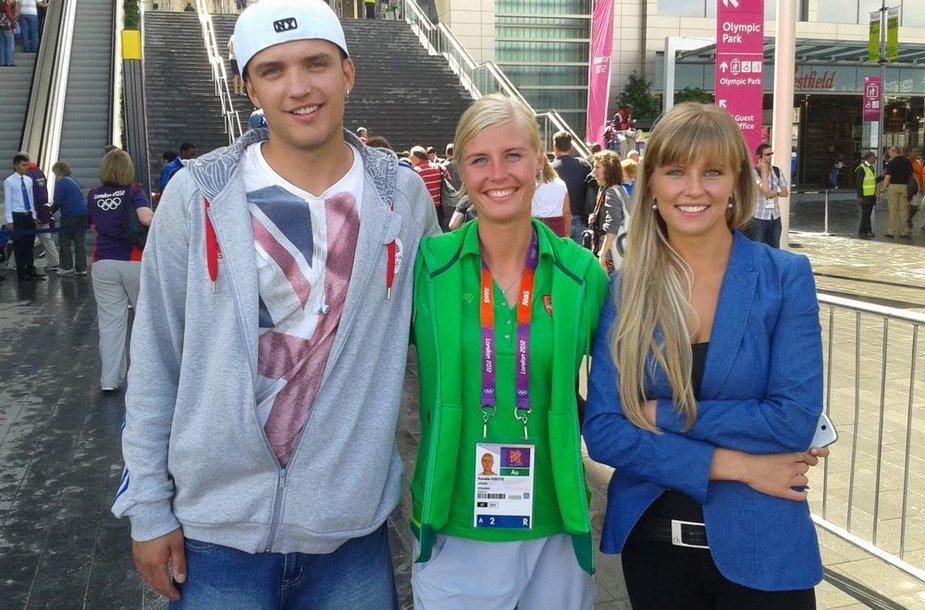 Remalda Kergytė viduryje su vaikinu Deividu ir seserimi Aušra
