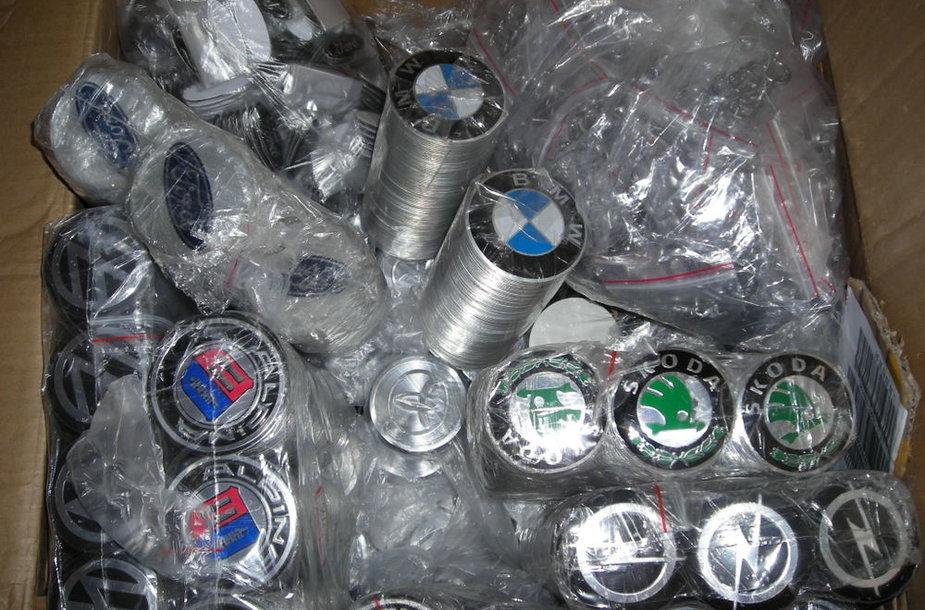 Šiaulietis iš Hong Kongo siuntėsi virš 3 tūkst., kaip įtariama, klastotų automobilių ženkliukų