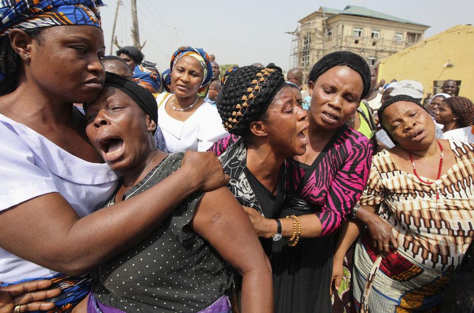 Nigerijos moterys rauda dėl aukų