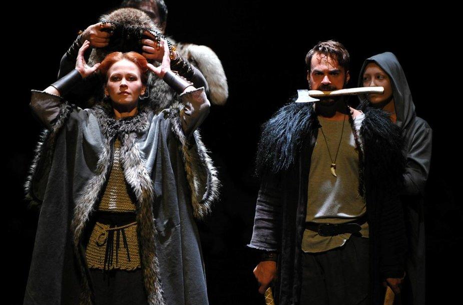 """Akimirka iš spektaklio """"Helgelando karžygiai"""""""