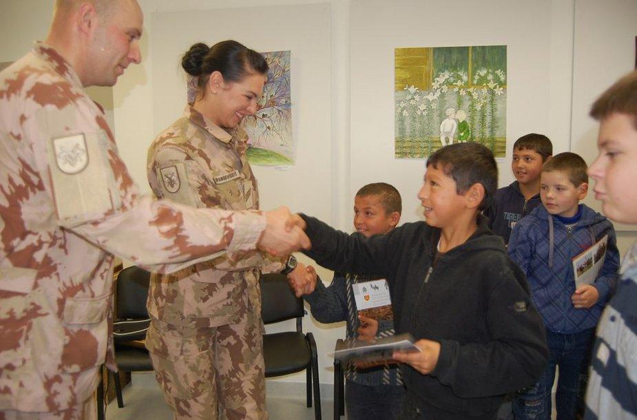 """Į misiją išvykstančių Lietuvos karių labdaros akcija """"Megzti drabužėliai Afganistano vaikams"""""""