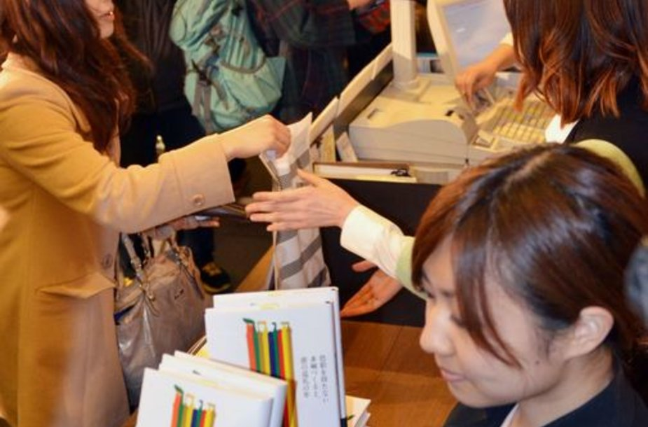 Gerbėjai perka naują Haruki Murakami knygą