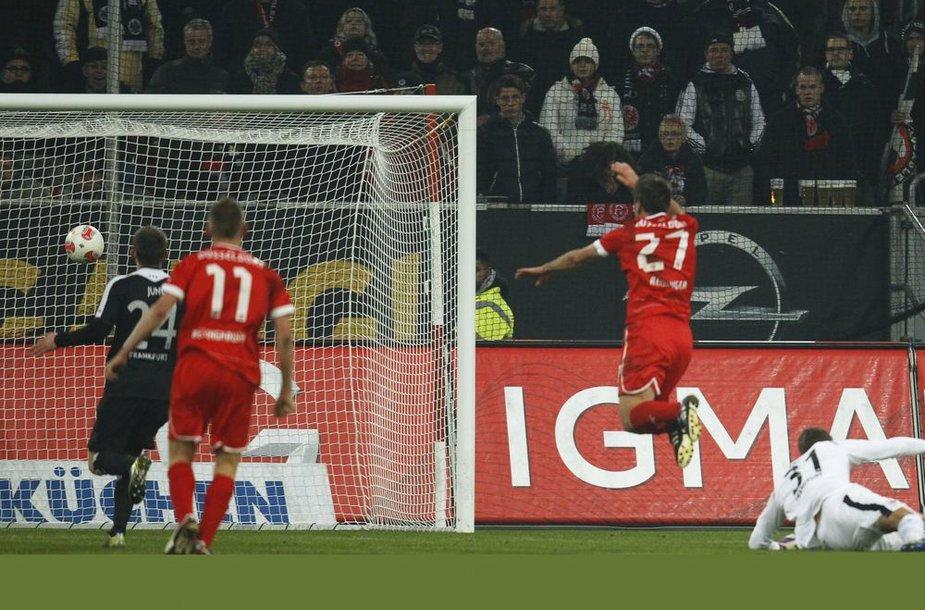 """""""Fortuna"""" netikėtai lengvai nugalėjo """"Eintracht"""" - pirmąjį įvartį muša Stefanas Reisingeris."""