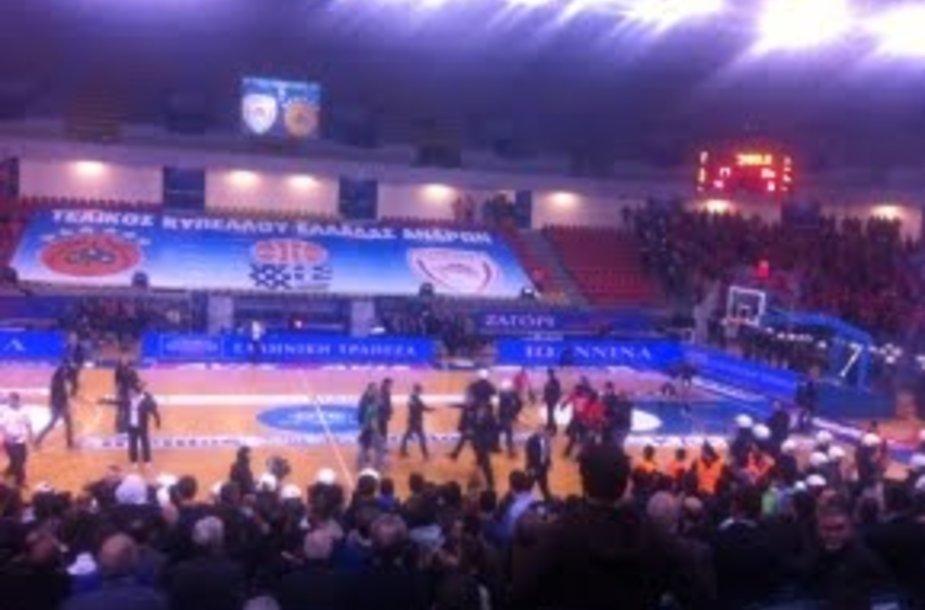 Graikijos krepšinio taurės finalą nutraukė sirgalių muštynės
