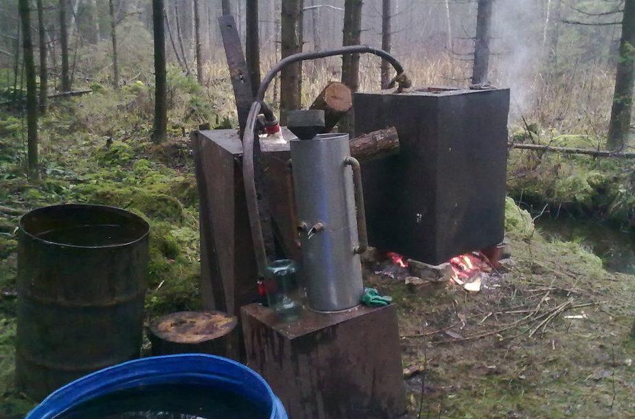 Aptiktas naminės degtinės aparatas