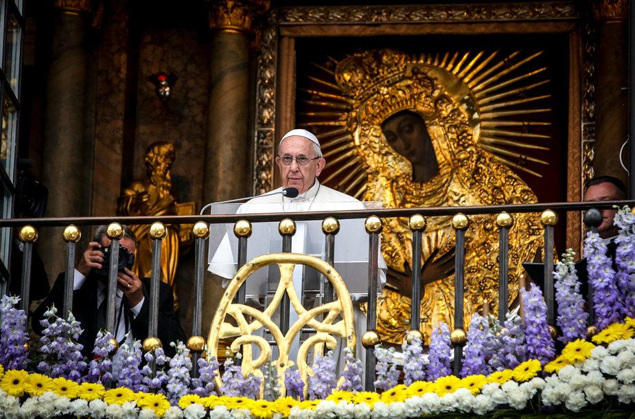 Popiežius lankosi Aušros vartuose