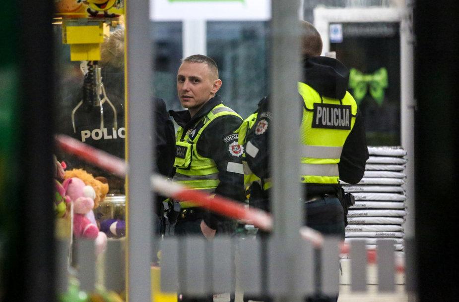 Peiliu ginkluotas vyras prekybos centre sužalojo keturis žmones