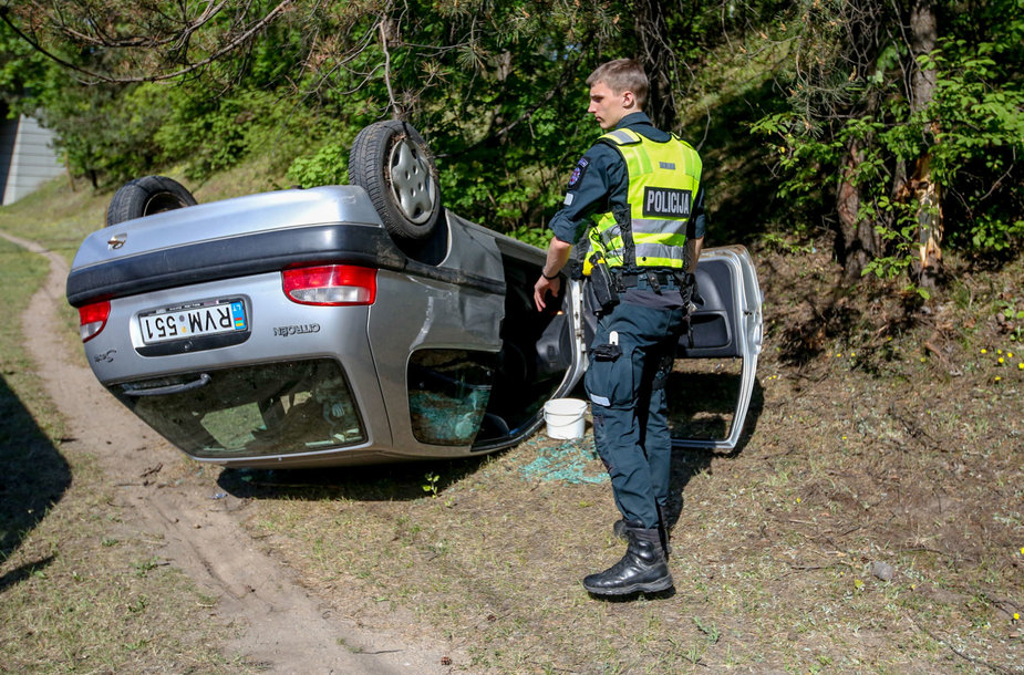 "Oskaro MIlašiaus gatvėje apsivertė automobilis ""Peugeot"""