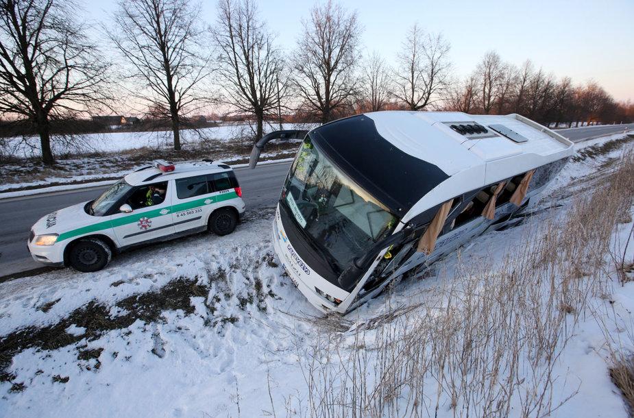 Biržų rajone nuo kelio nuslydo maršrutinis autobusas