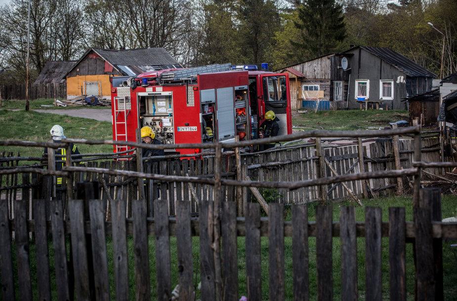 Ugniagesiai gesina Vilniaus čigonų tabore deganti namą