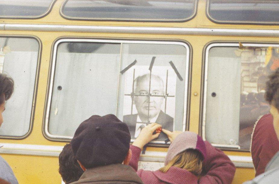 Prie Lietuvos Aukščiausiosios Tarybos rūmų. Vilnius, 1991 m. žiema. Kauno miesto muziejaus fondai