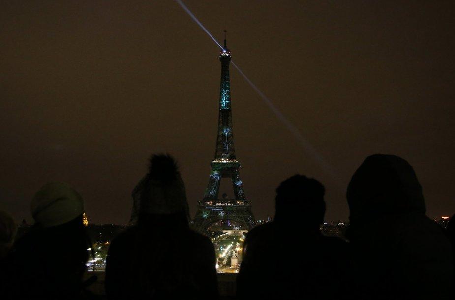 """Eiffelio bokštas nušvito žaliais """"virtualiais medžiais"""""""