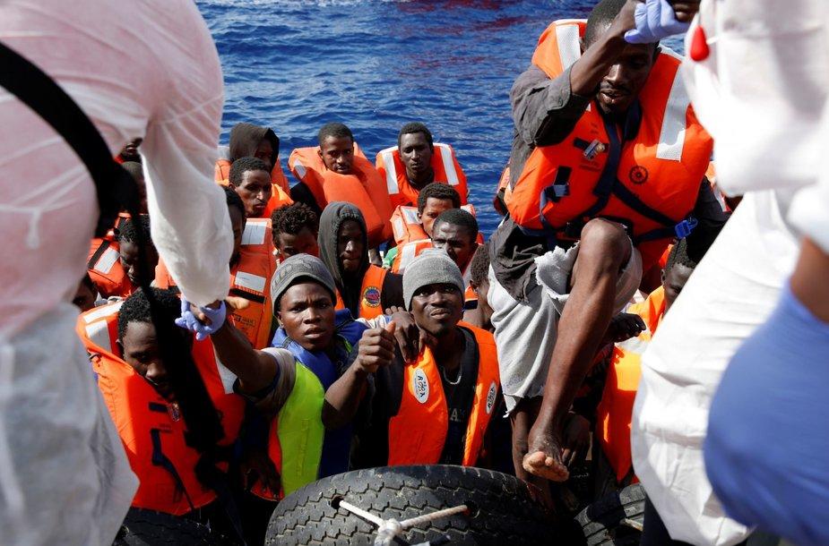 Laivas Viduržemio jūroje gelbsti išsekusius Šiaurės Afrikos migrantus