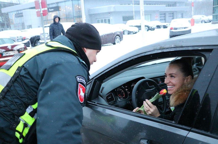 Moters dienos proga pareigūnai moterims dovanojo gėles