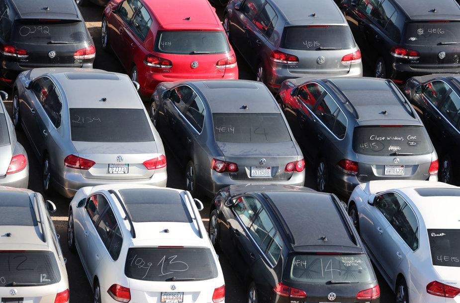 """Senų """"Volkswagen"""" ir """"Audi"""" automobilių aikštelė Kalifornijos dykumoje"""