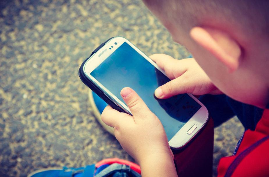 Mokyti vaikus, kad negalima žiūrėti į telefoną einant per gatvę, reikia nuo mažens