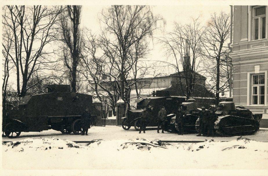 Lietuvos kariuomenės štabo šarvuočiai Prezidentūros kieme 1926 m gruodžio 18 d