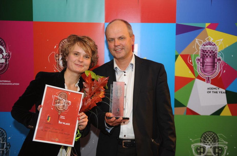 Aušra Kukelkaitė ir Raimundas Daubaras atsiima apdovanojimą