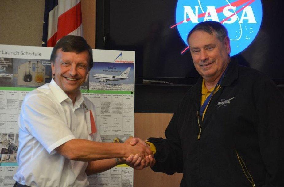 KTU rektorius Petras Baršauskas ir NASA Armes tyrimų centro vadovas Simonas P. Wordenas.