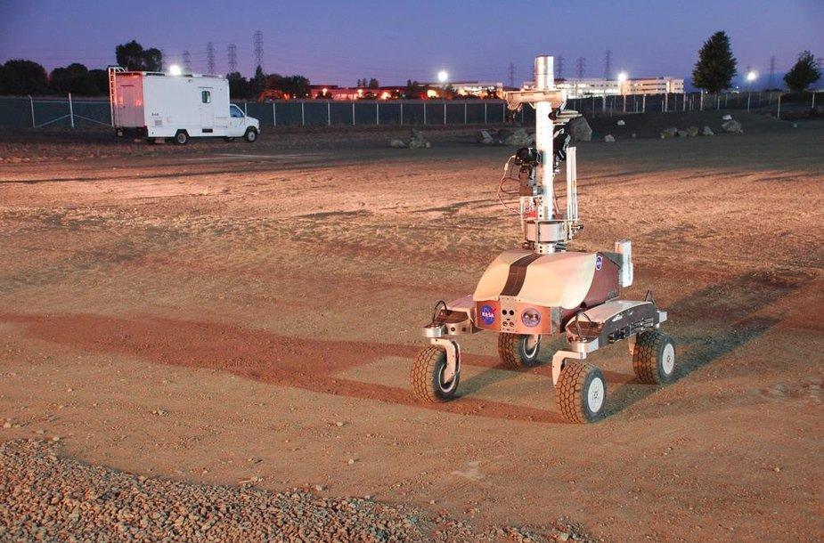 """NASA sukonstruotas robotas K10 specialiai jo bandymams įrengtame """"Ames"""" tyrimų centro poligone"""