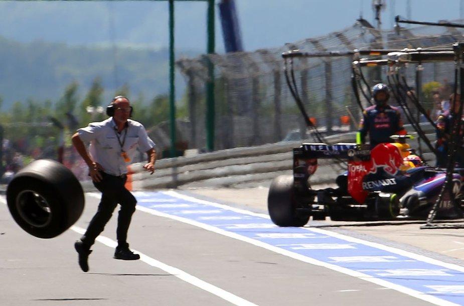 "Sekmadienio, liepos 7 d. lenktynėse Niurburgringe  ""Red Bull"" piloto Marko Weberio pasmestas ratas"