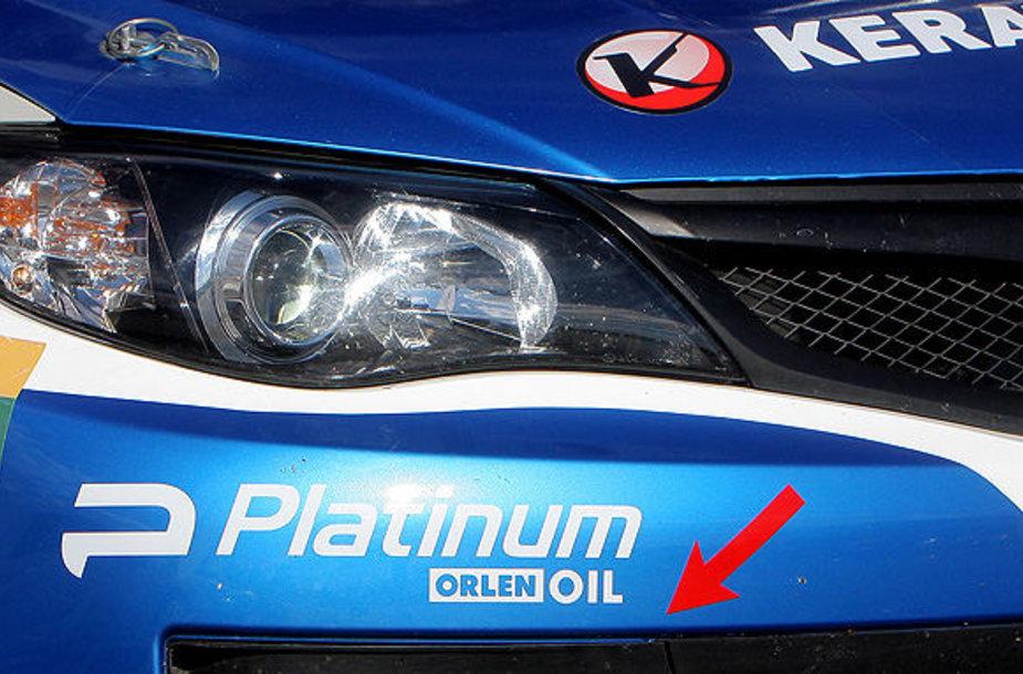 """Akcijos lipdukas ant Wojciecho Chuchałos ir Kamilo Hellerio """"Subaru Impreza STI"""" automobilio"""