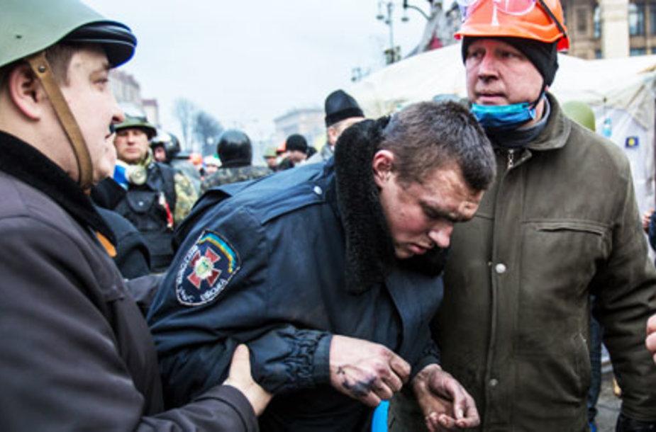 СМИ: Силовики сдаются обороне Майдана