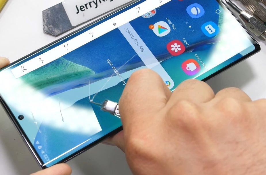 """""""Samsung Note 20 Ultra"""" braižosi labai lengvai. Bet nebijokite – tai ne stiklas, o tik apsauginė plėvelė"""