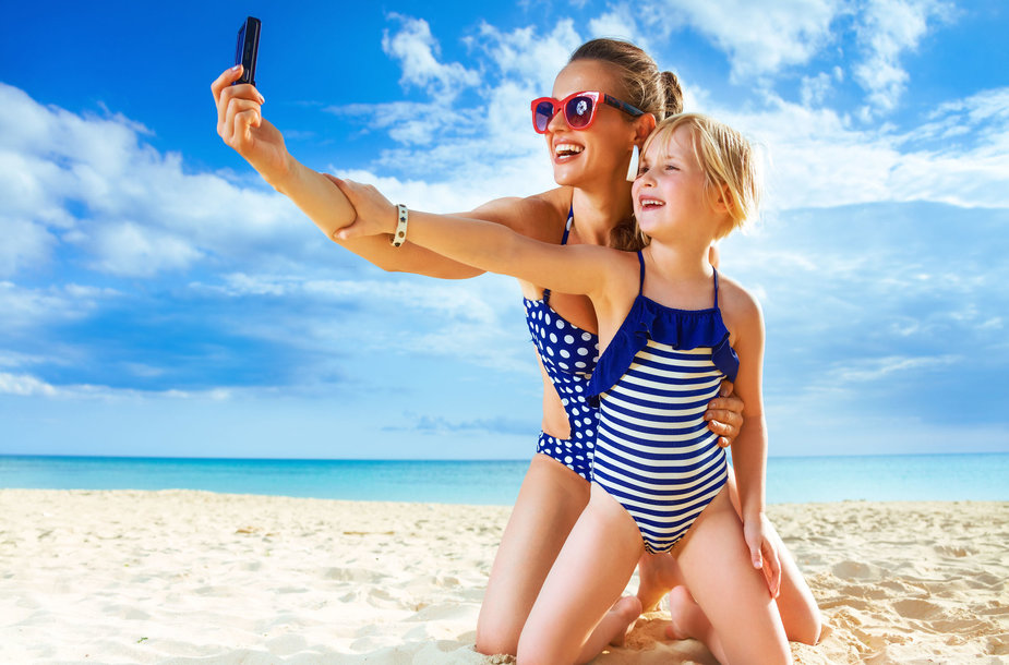 Mama su dukra paplūdimyje
