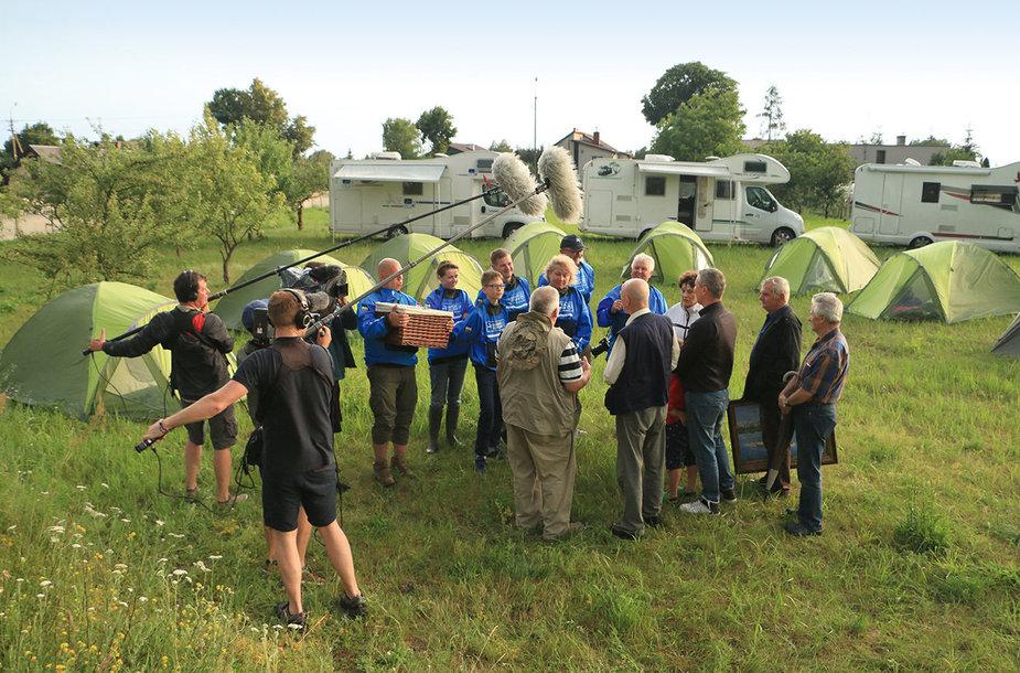 Su dovanomis ekspedicijos dalyvius sveikina Vyslos mylėtojų draugijos komanda