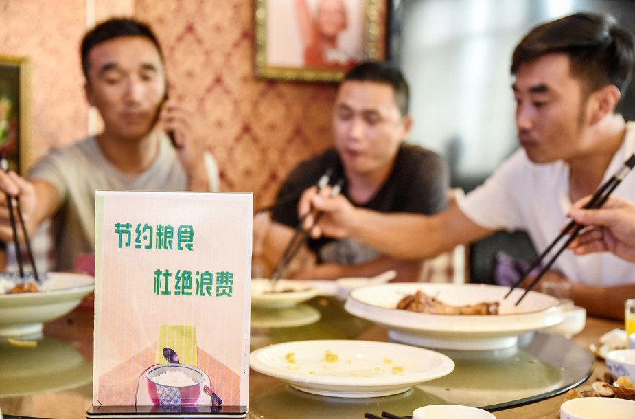 Kinai raginami valgant ne namuose užsisakinėti mažiau maisto, kad mažėtų atliekų
