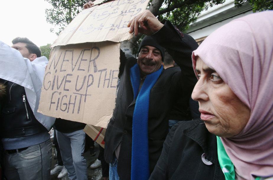 Alžyro gyventojai protestuoja prieš naujai išrinktą prezidentą
