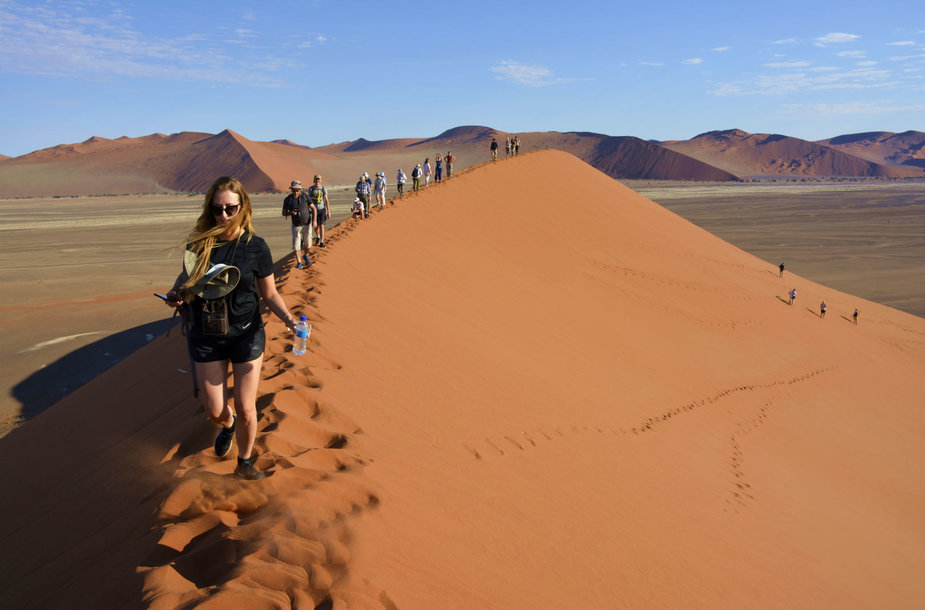 Keliautojai Namibo dykumoje Soussusvlei kopoje