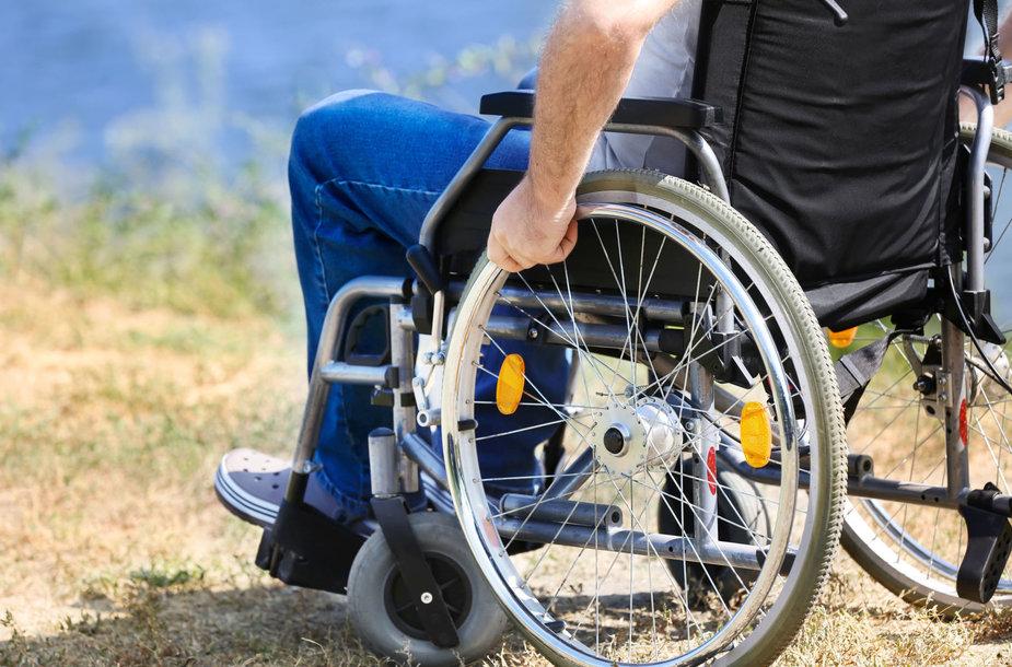 Vyras vežimėlyje