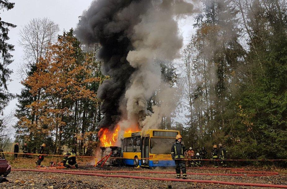 Ugniagesių gelbėtojų pratybos degančiame autobuse