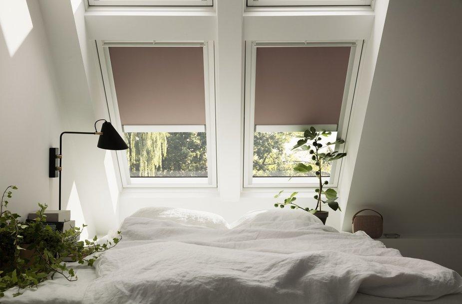 Miegamąjį galima suprojektuoti taip, kad būtų galima džiaugtis žvaigždėtu dangumi, o esant poreikiui pasiteklti žaliuzes ir mėgautis visiška tamsa
