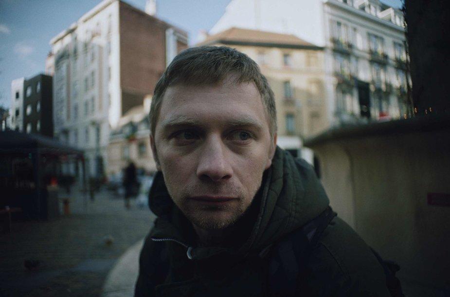 V.Novopolskis filme vaidina į emigracijos pinkles pakliuvusį Olegą.