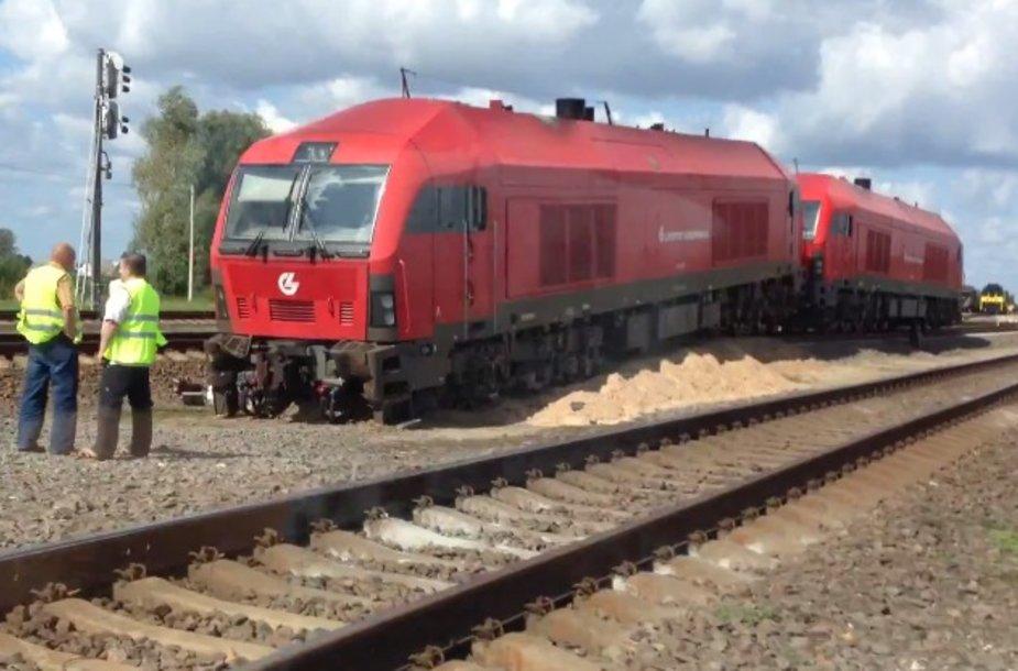 Traukinys nuvažiavo nuo bėgių