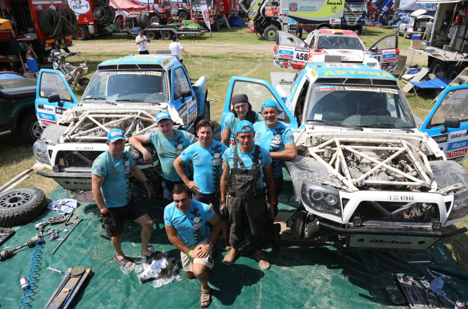 """Antanas Juknevičius su """"Astana Racing"""" mechanikų komanda"""