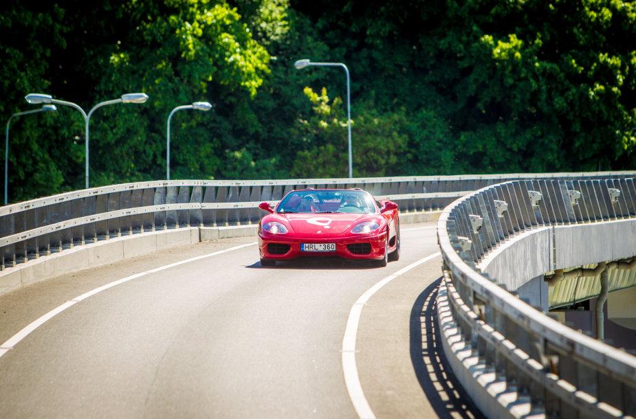 """""""Ferrari"""" Vilniaus gatvėse"""