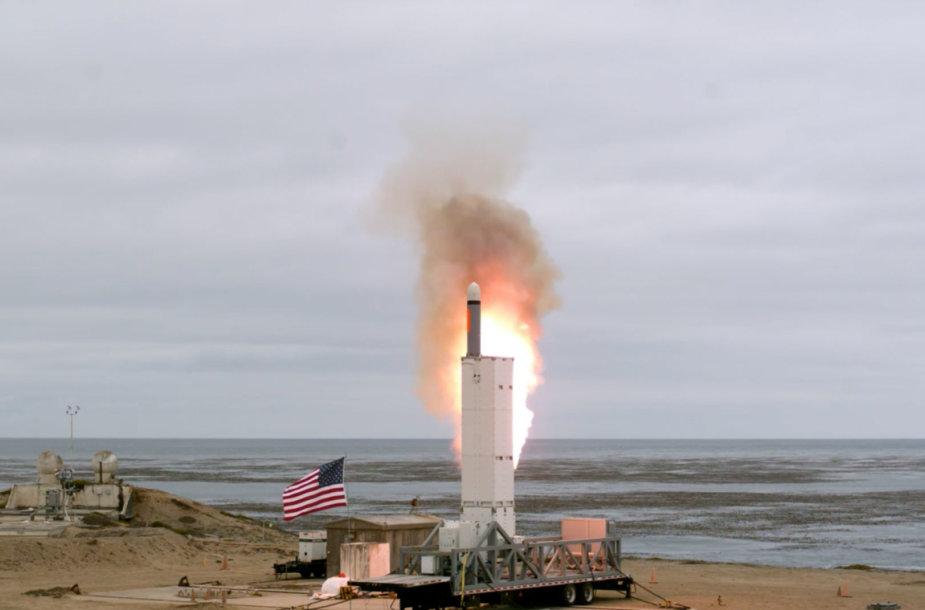 JAV išbandė vidutinio nuotolio nuo žemės paleidžiamą sparnuotąją raketą