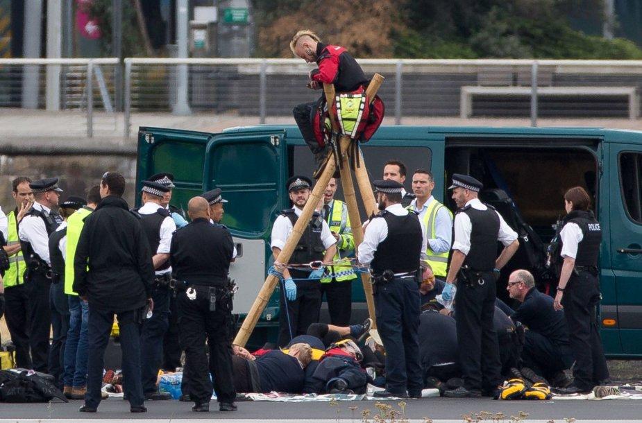 """Judėjimo """"Black Lives Matter"""" protestuotojai blokavo Londono oro uostą"""