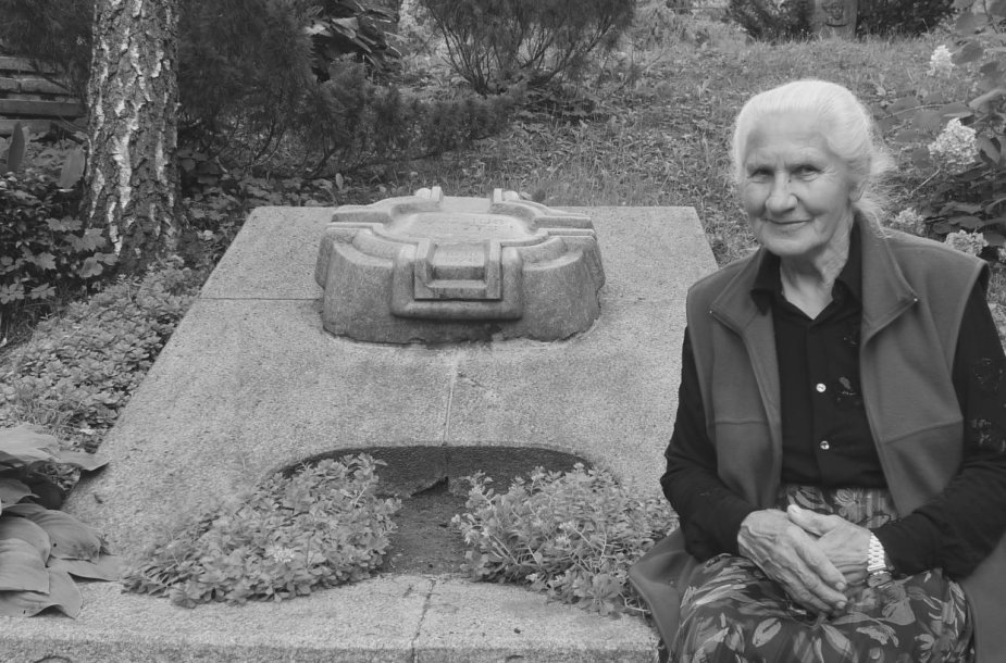 Birutė Širvienė prie Pauliaus Širvio kapo