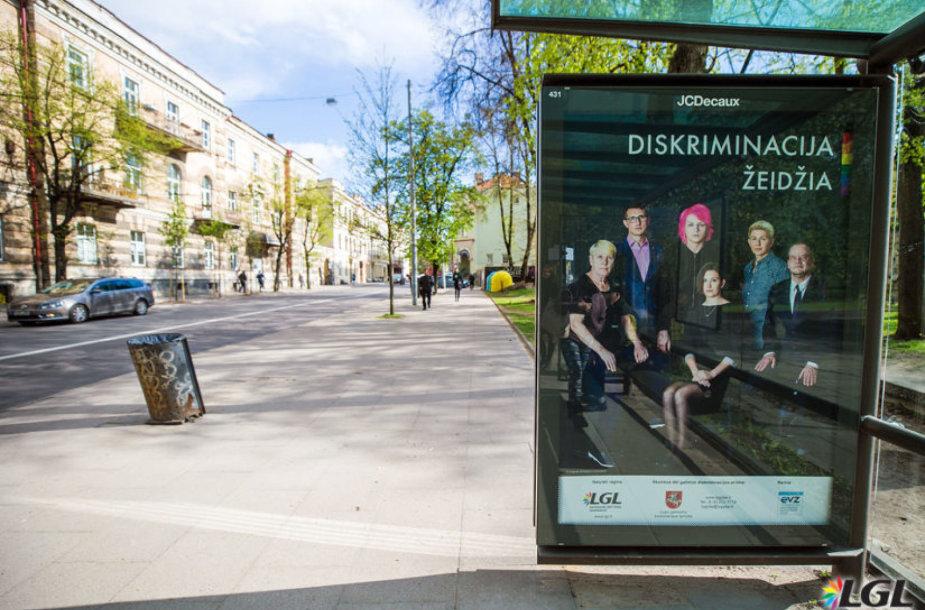 LGL socialinės reklamos plakatas transporto laukimo paviljone.